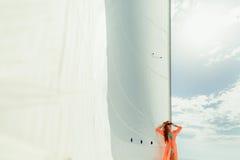 Viaje de lujo del velero de las velas blancas de la mujer que navega fotos de archivo libres de regalías