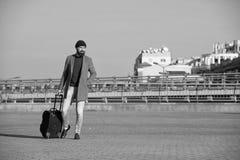 Viaje de negocios Viaje barbudo del inconformista del hombre con el bolso grande del equipaje en las ruedas Viaje dejado comenzar imagen de archivo libre de regalías