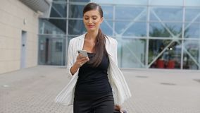 Viaje de negocios Mujer hermosa con el teléfono y la maleta almacen de video
