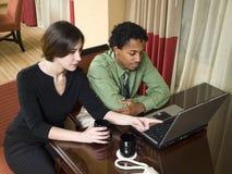 Viaje de negocios - personas que trabajan tarde imágenes de archivo libres de regalías