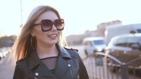 Viaje de negocios sonriente del ocio de la señora que camina rubia almacen de metraje de vídeo