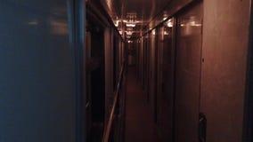 Viaje de tren del coche del concepto del viaje del ferrocarril pasillo hermoso de la visión en el coche del compartimiento del tr almacen de video