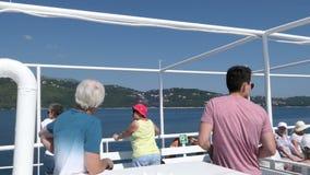 Viaje del barco de la ciudad Grecia de Corfú hacia Saranda Albania Paso por las montañas del pantokrator Gente que disfruta del p almacen de metraje de vídeo