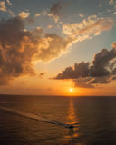 Viaje del barco de la puesta del sol Fotografía de archivo