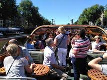 Viaje del barco de los turistas a bordo, disfrutando de la travesía en Amsterdam Ca Fotos de archivo