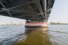 Viaje del barco debajo del puente en el río Chao Phraya Imágenes de archivo libres de regalías