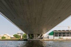 Viaje del barco debajo del puente en el río Chao Phraya Fotografía de archivo