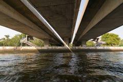 Viaje del barco debajo del puente en el río Chao Phraya Imagen de archivo libre de regalías