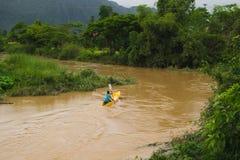 Viaje del barco del kajak en el vangvieng Laos fotos de archivo libres de regalías