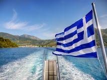 Viaje del barco del mar jónico azul, isla, bandera griega Fotos de archivo libres de regalías