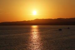 Viaje del barco durante puesta del sol sobre el mar y los Mounties foto de archivo libre de regalías