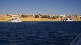 Viaje del barco en el barco de placer en el Mar Rojo con las vistas de la península del Sinaí de la costa, Egipto almacen de metraje de vídeo