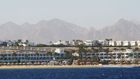Viaje del barco en el barco de placer en el Mar Rojo con las vistas de la península del Sinaí de la costa, Egipto metrajes