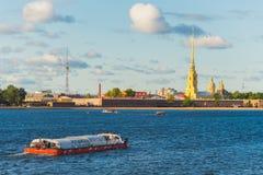 Viaje del barco en el río de Neva cerca de la fortaleza de San Pedro y de Paul Imagen de archivo