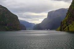Viaje del barco en Naeroyfjord imagen de archivo