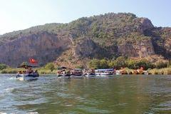 Viaje del barco en Turquía en el río de Dalyan a las tumbas antiguas de Lycian fotos de archivo