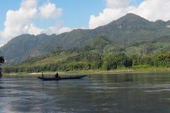 Viaje del barco a la opinión Laos del río Foto de archivo libre de regalías