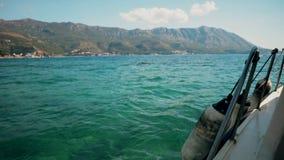 Viaje del barco a las islas adriáticas, Montenegro almacen de metraje de vídeo