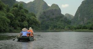 Viaje del barco a lo largo del río en la bahía larga de la ha, Vietnam almacen de video