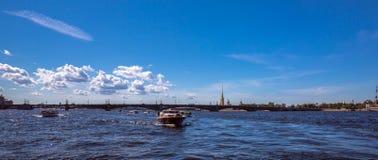 Viaje del barco por el río de Neva de St Petersburg debajo del cielo azul del verano con las nubes brillantes Fotografía de archivo libre de regalías