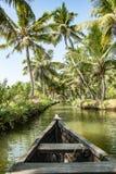 Viaje del barco a través de los canales del remanso de la isla de Munroe en Kollam en la India foto de archivo