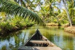 Viaje del barco a través de los canales del remanso de la isla de Munroe en Kollam en la India foto de archivo libre de regalías