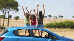 Viaje del coche del verano y familia joven de vacaciones almacen de video
