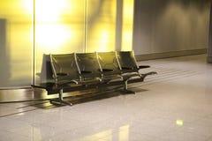 Viaje del día de fiesta, aeropuerto, pasillo del tránsito, zona de descanso, sillas foto de archivo