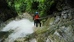 Viaje del descenso de cañones en la selva tropical ecuatoriana, grupo de tres turistas metrajes