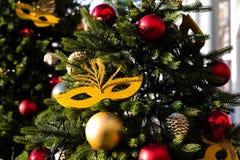 Viaje del festival de Moscú a la Navidad Los árboles iluminados del Año Nuevo en Manezhnaya ajustan delante de museo histórico Foto de archivo