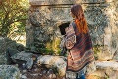 Viaje del fotógrafo en Turquía y explorar las ruinas de Olympos foto de archivo