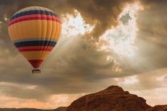 Viaje del globo del aire caliente sobre desierto fotografía de archivo