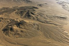 Viaje del globo del aire caliente sobre el desierto de África foto de archivo