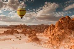 Viaje del globo del aire caliente sobre desierto imagen de archivo