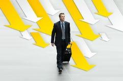 Viaje del hombre de negocios en el fondo de flechas, el concepto de carrera y el éxito Fotografía de archivo