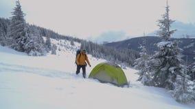 Viaje del invierno en las montañas almacen de video
