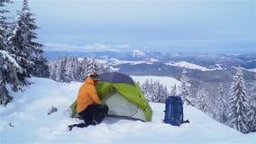 Viaje del invierno en las montañas metrajes