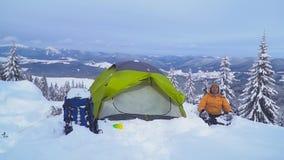 Viaje del invierno en las montañas almacen de metraje de vídeo