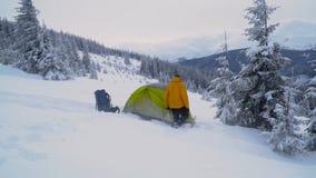 Viaje del invierno en las monta?as almacen de metraje de vídeo