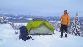 Viaje del invierno en las monta?as almacen de video