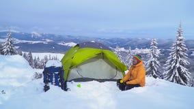Viaje del invierno en las monta?as metrajes