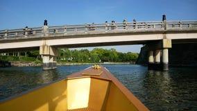 Viaje del lago con el barco de oro almacen de video