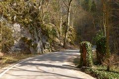 Viaje del misterio Un valle rocoso principal de la carretera con curvas imágenes de archivo libres de regalías
