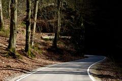 Viaje del misterio Un valle rocoso principal de la carretera con curvas imagen de archivo libre de regalías