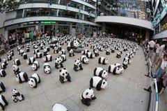 Viaje del mundo de 1600 pandas en Hong Kong Imagen de archivo libre de regalías