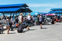 Viaje del pasajero de los turistas en barco a Koh Phangan, Surat Thani, T Fotos de archivo