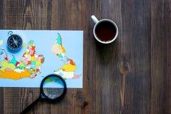 Viaje del planeamiento Copyspace de madera de la opinión superior del fondo de la tabla del mapa del mundo y del compás Fotografía de archivo libre de regalías