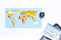 Viaje del planeamiento Mapa del mundo, boletos y compás en el copyspace blanco de la opinión superior del fondo Fotos de archivo libres de regalías