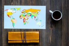 Viaje del planeamiento Mapa del mundo en copyspace de madera de la opinión superior del fondo de la tabla Imagen de archivo libre de regalías