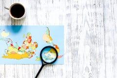 Viaje del planeamiento Mapa del mundo en copyspace de madera de la opinión superior del fondo de la tabla Foto de archivo